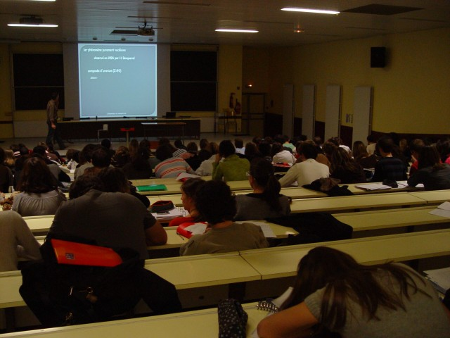 Amphithéatre où se déroule un cours de JL Duroux que suivent de nombreux étudiants